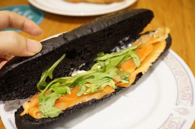 チョンバルベーカリー tiong bahru bakery イカ墨スモークサーモンロール